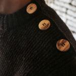 Détail pull laine homme boutons bois