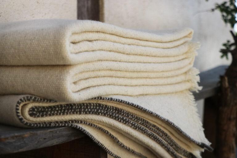 Plaid blanc tricoté main laine
